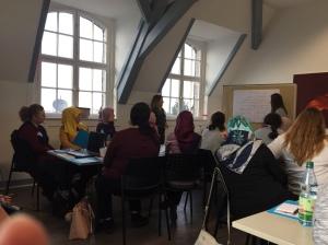 Seminarteilnehmerin präsentiert Ergebnisse aus Kleingruppenarbeit