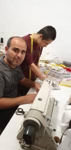 Schneider Zakaria Ashbalou bei der Arbeit